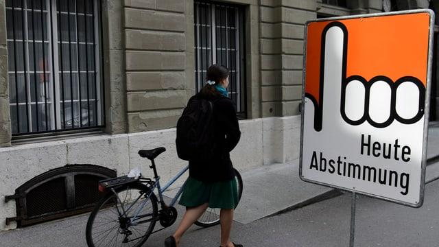 Abstimmungsplakat vor einem Gebäude.