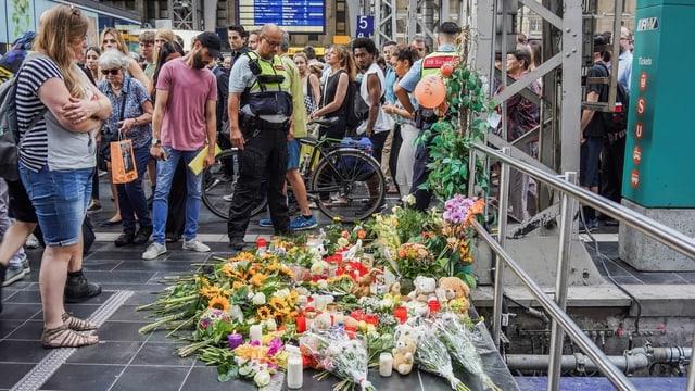 Bahnhof Frankfurt mit Blumen.