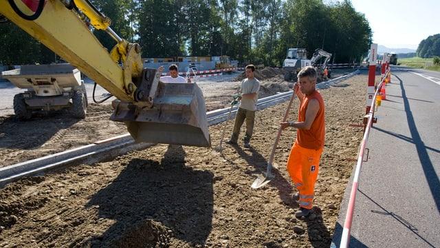 Bauarbeiter bauen Strasse