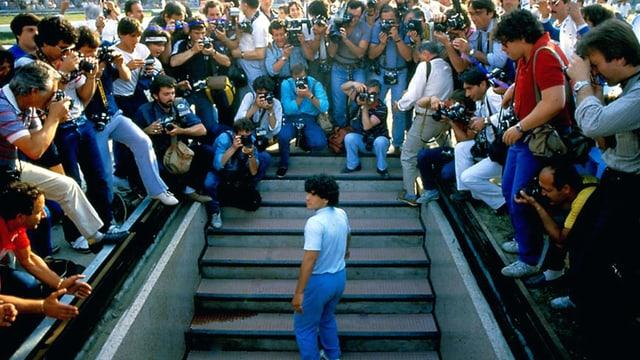 Ein junger Maradona steigt aus der Umkleidekabine und tritt vor unzähli
