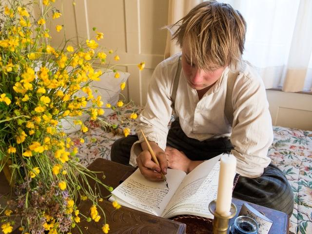 Merlin schreibt mit Feder und Tinte Tagebuch