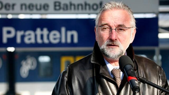 Beat Stingelin an einem Rednerpult anlässlich der Einweihung des neuen Bahnhofes Pratteln