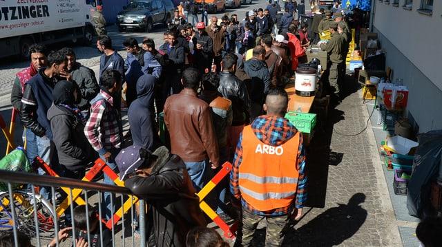 Wartende Flüchtlinge, die nach Deutschland einreisen wollen.
