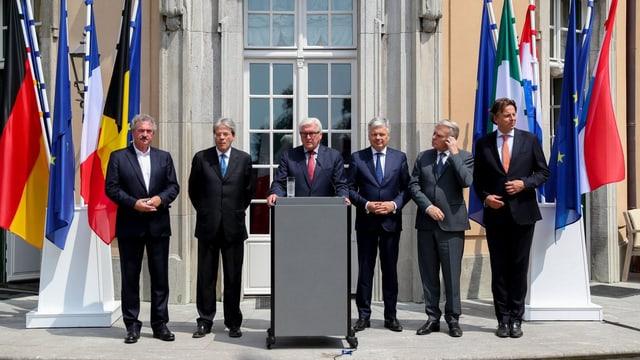 Sechs Aussenminister hinter einem Rednerpult.