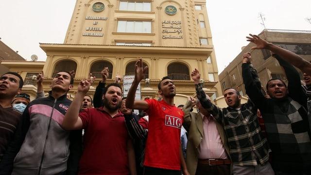 Anhänger der Muslimbrüder demonstrieren vor ihrem Hauptsitz in Kairo.