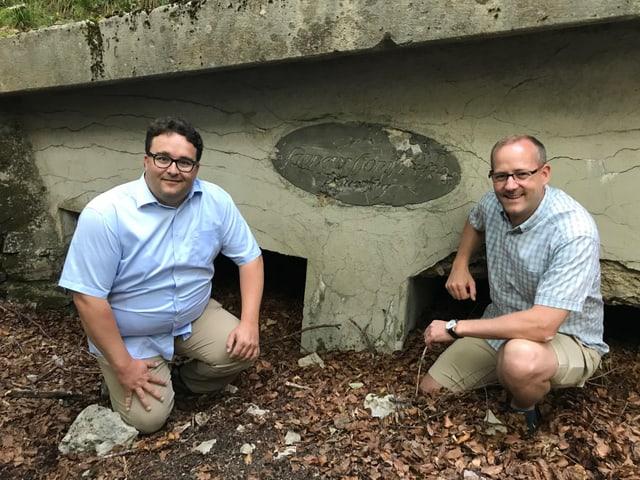 Historiker Lorenz Degen und Landrat Pascal Ryf vor einer Plakette, die an den 1. Weltkrieg erinnert.