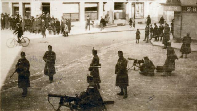 Bewaffnete Ordnungstruppen in Grenchen haben die Demonstranten im Visier.