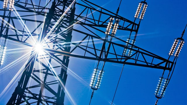 Strommasten mit Sonne.