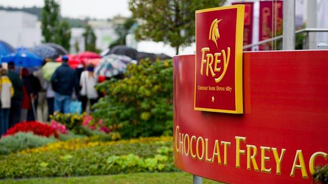 Schild Chocolat Frey vor Firmeneingang in Buchs