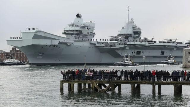 Flugzeugträger HMS Queen Elizabeth beim Auslaufen.