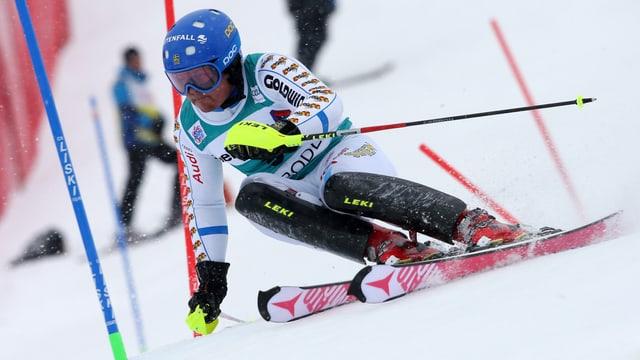 Mattias Hargin fährt um eine Slalom Stange