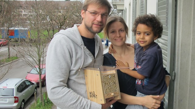 Claudio Sedivy, Mitbegründer von «Wildbiene und Partner», Sonja und Loik Denzer, Gotte und Götti der Wildbienen.