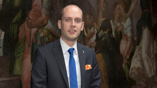 Joel Thuering posiert als Statthalter des Grossratspraesidiums im Rathaus.
