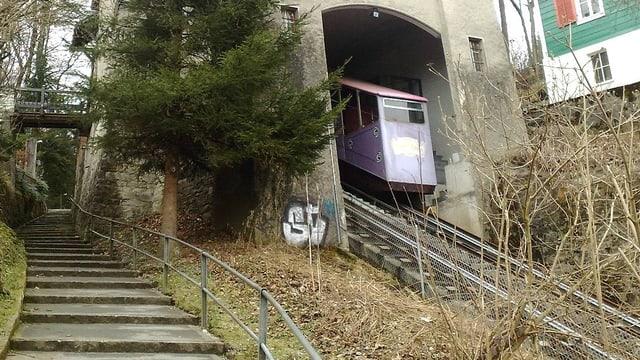 Die violette Gütschbahn fährt nach oben.