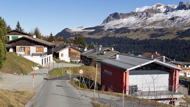 Chalets in einem Bergdorf.