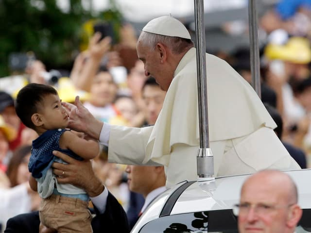 Papst Franziskus segnet ein Kind