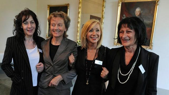 Bundesrätin Eveline Widmer-Schlumpf und die ehemals administrativ Versorgten Maria Ischer, Ursula Biondi und Gina Rubeli-Eigenmann (v. l.).