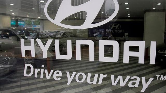 Aufkleber an einer Glastüre mit der Aufschrift «Hyundai, drive your way».