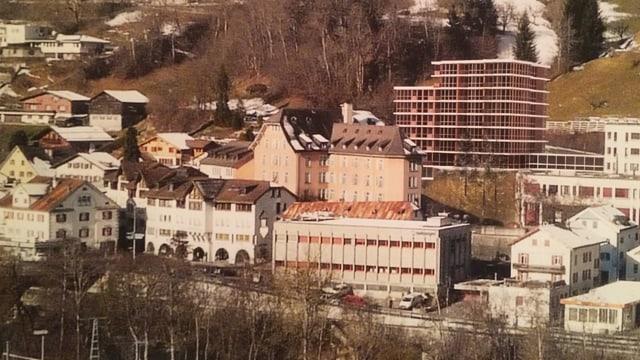 La citad da Glion cun vista en direcziun dal spital cun ils bajetgs existents plus la visualisaziun da la nova surbajegiada.