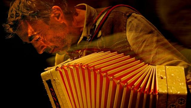 Hubert von Goisern spielt Akkordeon.