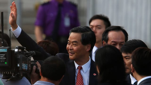 Hongkongs Regierungschef Leung Chun Ying winkt der Masse zu.