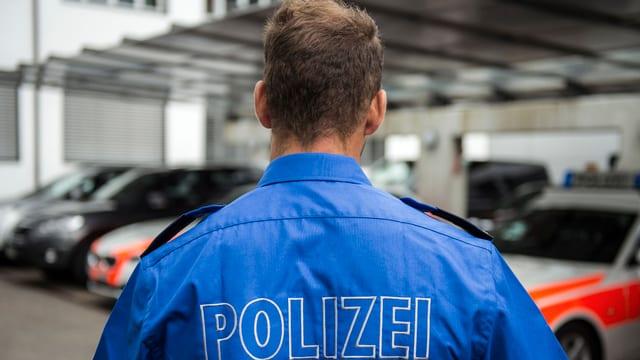 Solothurner Polizist vor Solothurner Polizeiautos