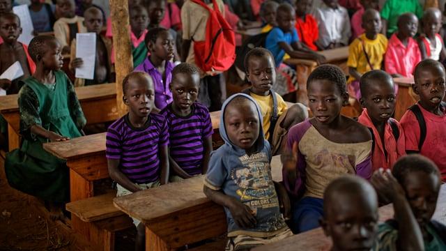 Kinder im Südsudan in Schulbänken