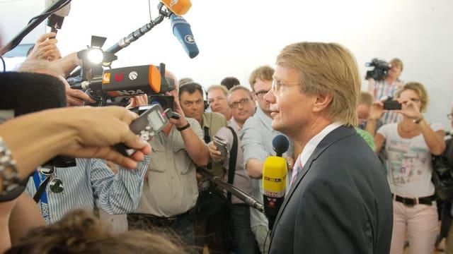 Kanzleramtsminister Pofalla wird vor der Befragung durch den Bundestagsausschuss von Medien belagert.
