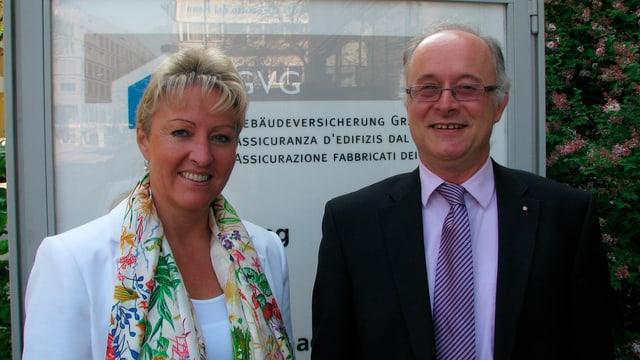 Cussegliera guvernativa Barbara Janom Steiner e Markus Feltscher, il directur da l'assicuranza d'edifizis dal Grischun.