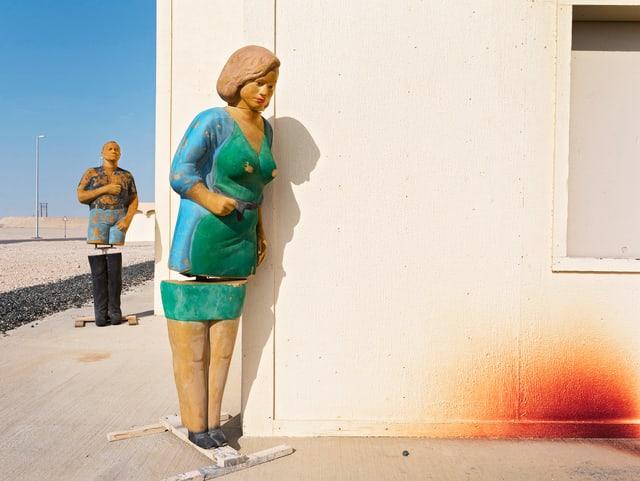 Lebensgrosse, westlich aussehende Puppen eines Mannes und einer Frau.