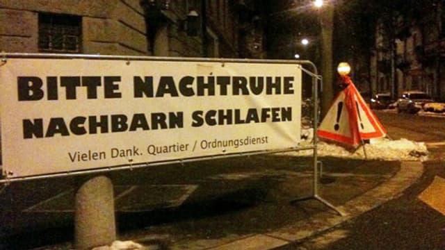 Hinweisplakat in Stadtquartier.