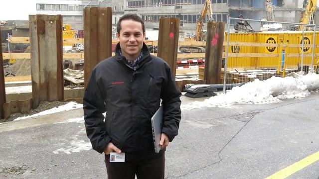 Steve Weissbaum, Stellvertretender Gesamtbauleiter vor seiner Baustelle