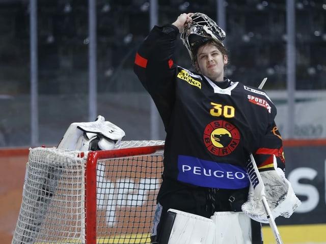 Philip Wüthrich mit aufgesetztem Helm auf dem Eis.