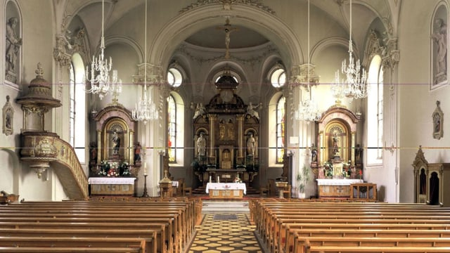 Blicks ins Innere einer Kirche mit Blick auf den Altar.