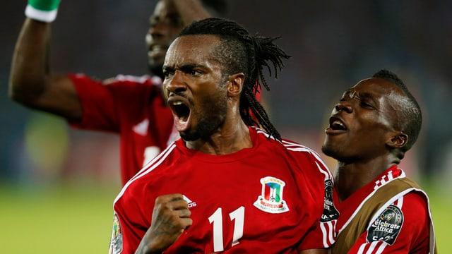 Äquatorialguineas Javier Balboa lässt sich nach dem Tor zum 1:0 feiern.