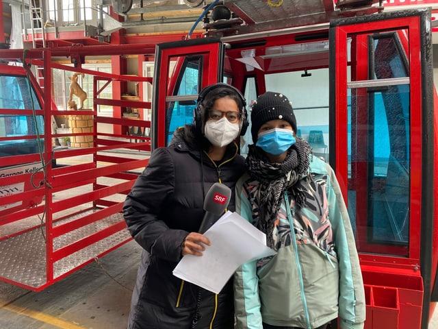 Kinderreporterin Riana (13) und Reporterin Julia steigen in diese besondere Gondel ein. Diese wird nämlich nicht von herkömmlichem Strom in Gange gesetzt. Nur wegen eines Windrades hoch oben auf der Bergstation fährt sie! Wie funktioniert das ganz genau?