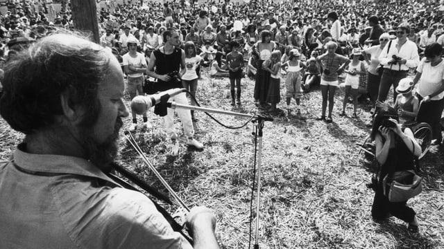 Mann mit Cello auf Wiese, Publikum