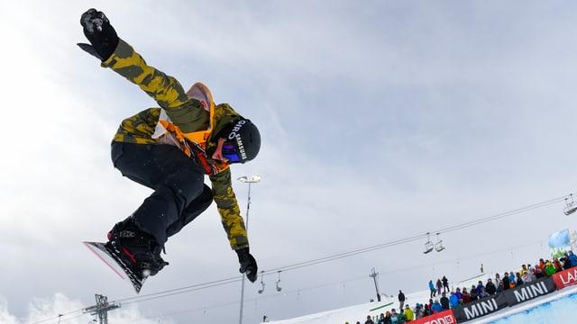 Il snowboardist David Hablützel durant il Burton European Open a Laax, l'emprim da favrer 2015.