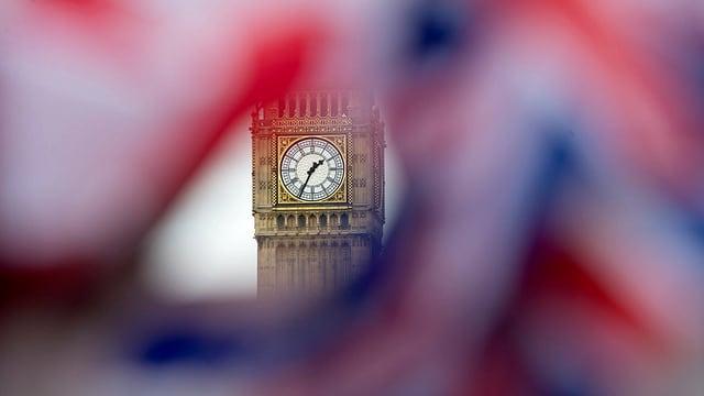 Die Union Flag umgibt die Uhr des Big Ben in London.