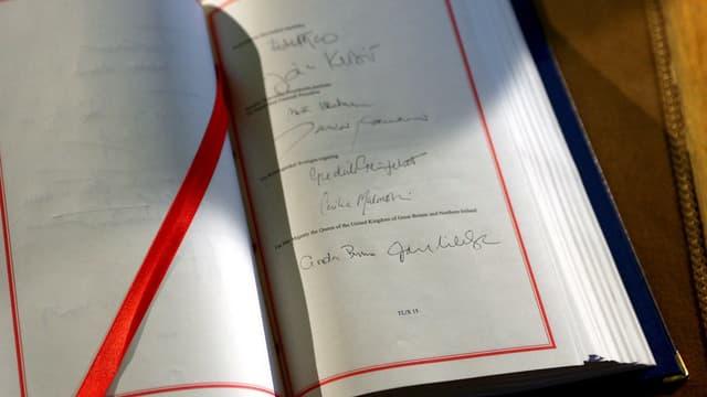 Gordon Browns Unterschrift unter dem Lissaboner Vertrag