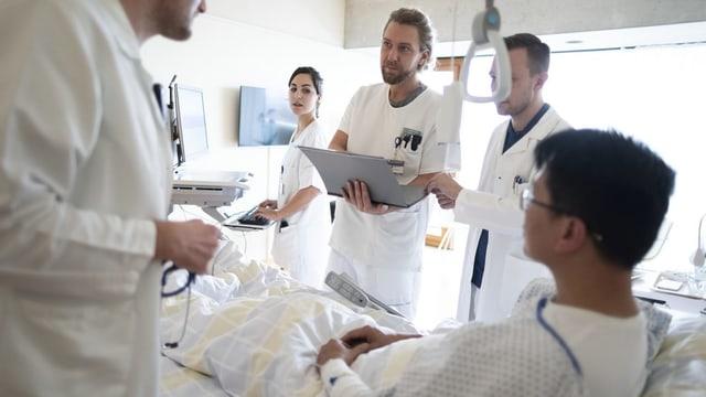 Ein Mann in einem Spitalbett