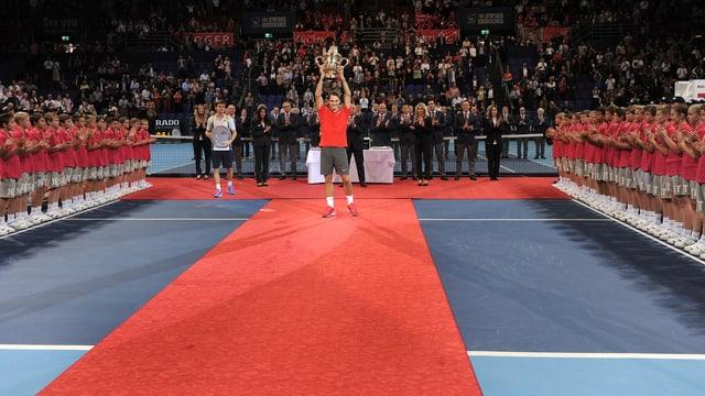 Roger Federer stemmt in Basel den Pokal in die Höhe.