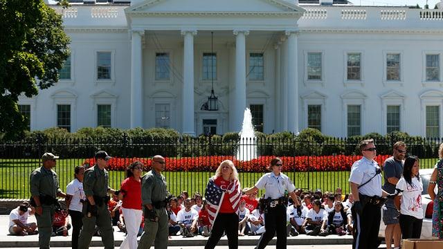Demonstrierende mit US-Flaggen vor dem Weissen Haus in Washington D.C.