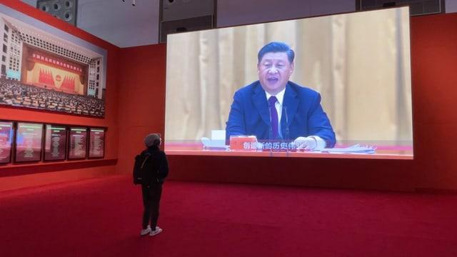 Die Covid-Ausstellung der Regierung (Xi Jinping auf einem grossen Bildschirm).