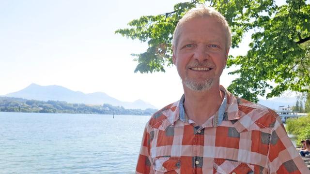 Porträt von Patrik Litscher. Im Hintergrund die Rigi.
