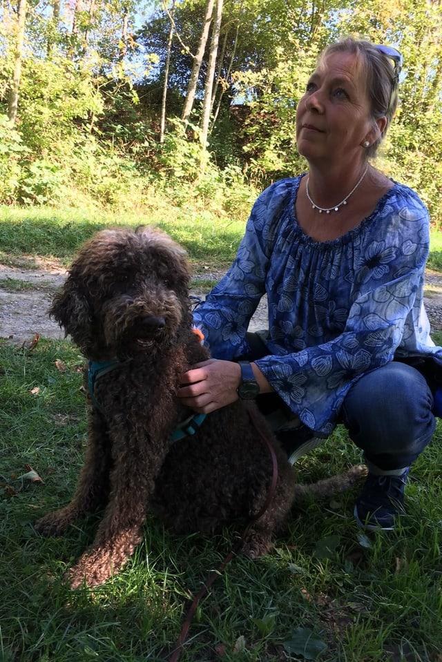 Frau mit Hund im Bild
