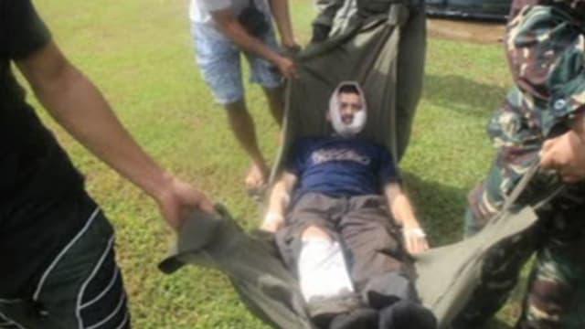 Verletzter auf einer Trage.