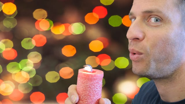 Adrian Küpfer bläst Kerze aus.