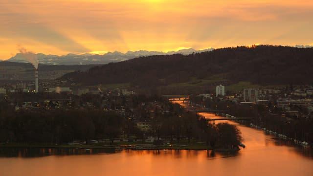 Morgenrot über dem Bielersee und Blick in die Alpen