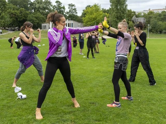 Frauen boxen im Park.